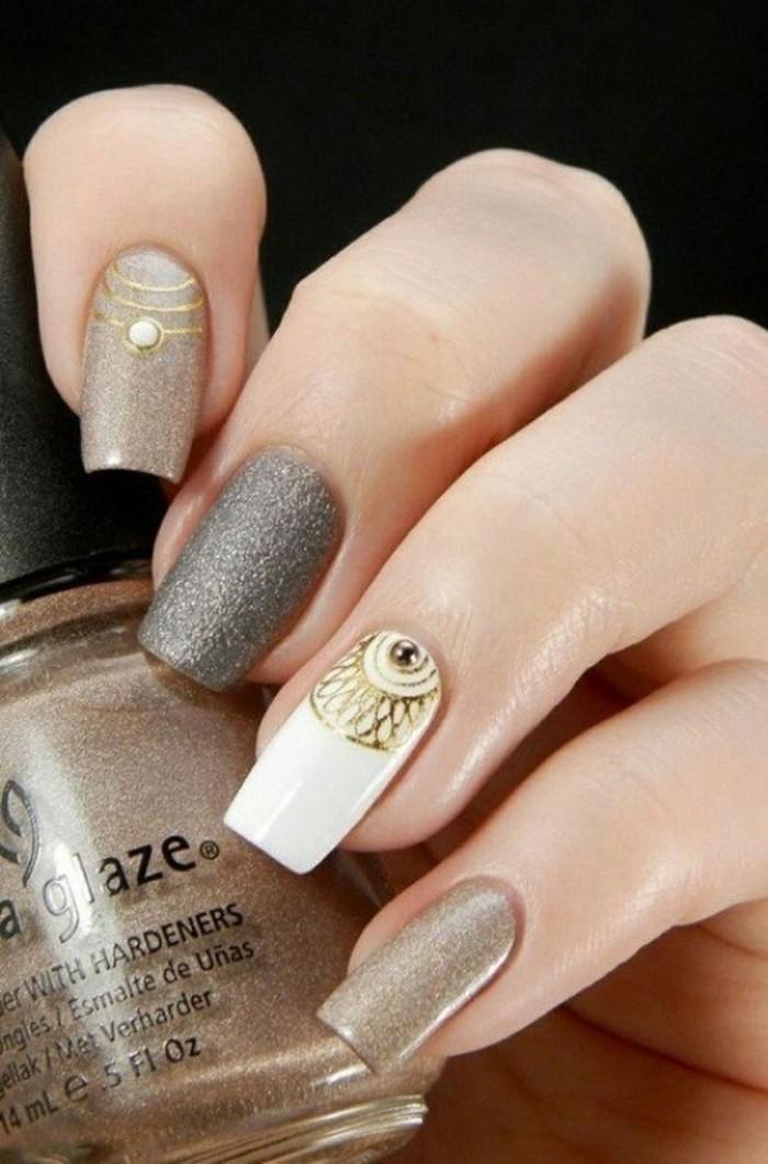 bonitas imagines de uñas decoradas con piedras, uñas pintadas en gris, beige y blanco