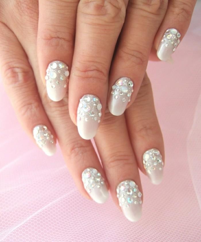 diseños de uñas super bonitos, uñas largas de forma almendrada pintadas en gris con piedras decorativas
