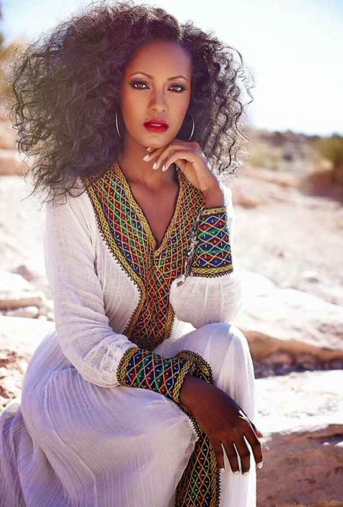 vestido largo étnico en color blanco con estampados africanos, prendas étnicas bonitas