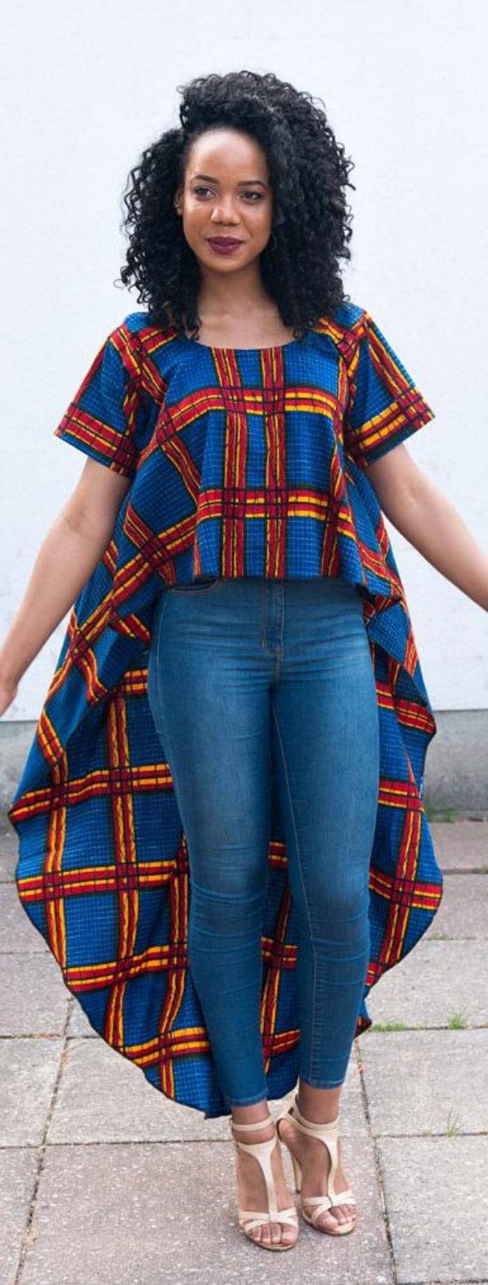 fotos de prendas bonitas con estampados africanos, mujer con vaqueros y blusa en azul y naranja