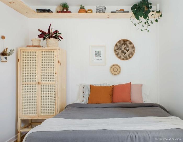bonito dormitorio decorado en estilo bohemio, muebles de madera y plantas verdes, habitaciones modernas en boho chic