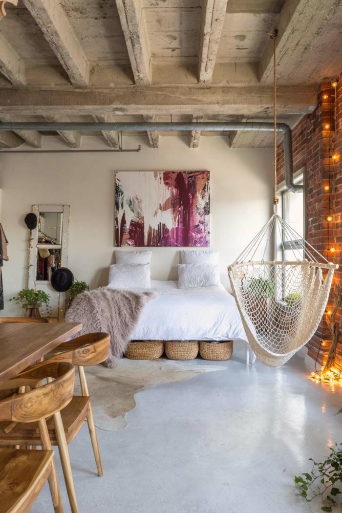 dormitorios de matrimonio modernos decorados en estilo boho chic, paredes en blanco, techo con vigas y muebles de madera