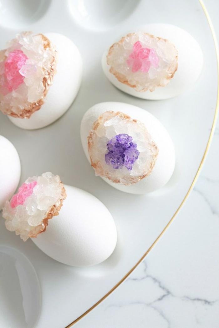 preciosos ejemplos de huevos decorados para decorar la mesa en primavera, pintar huevos de manera original