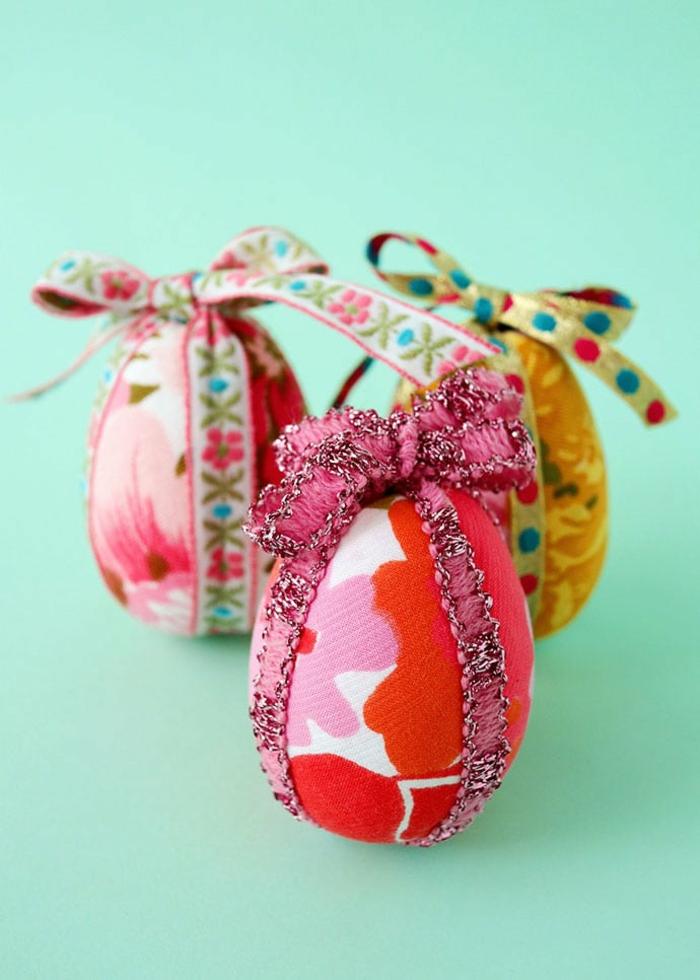 pintar huevos y decoracion huevos con telas, centros de mesa DIY para la primavera, huevos decorados Pascua