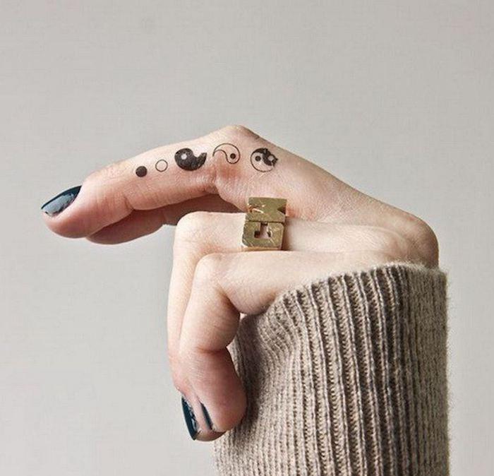 originales ideas de tatuajes en los dedos simbólicos, diseños de tatuajes minimalistas para hombres y mujeres