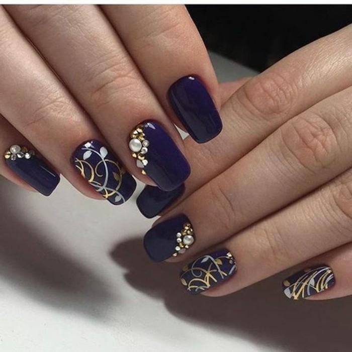 diseños de uñas estilosos, uñas pintadas en color lila oscuro con preciosas decoraciones con piedras
