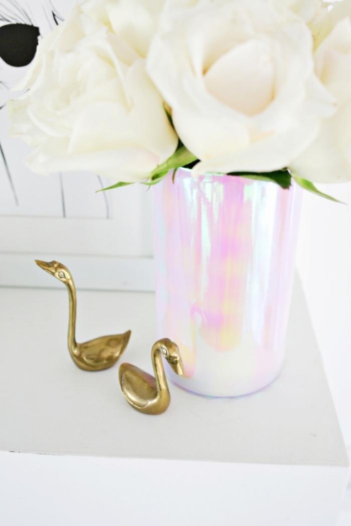 preciosos ejemplos sobre como decorar una mesa con flores, preciosas rosas color blanco