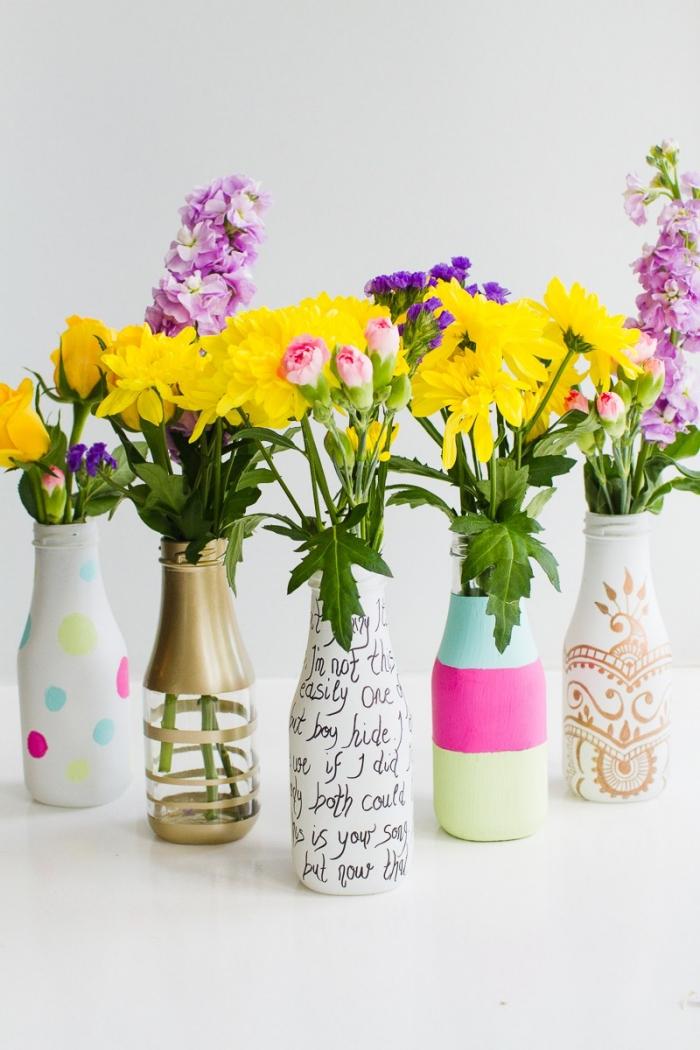 como decorar una mesa con jarrones decorados a mano, flores en amarillo y rosado para decorar la mesa