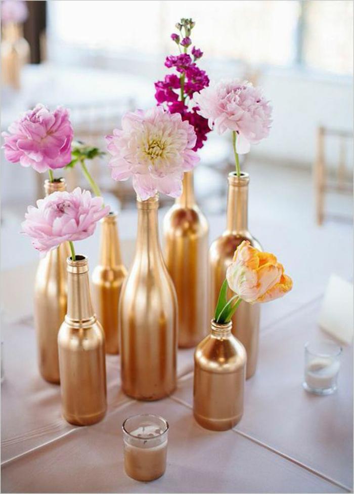 floreros DIY pintados en dorado, precioso centro de mesa con flores en color rosado, centros de mesa originales