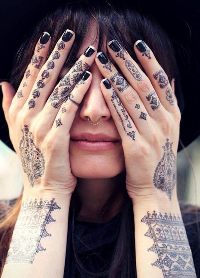 preciosos tatuajes en los dedos, diseños de tatuajes para dedos únicos, tattoos originales en los dedos