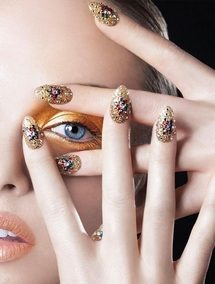 preciosa decoración de uñas con pequeñas piedras coloridas, ideas de decoracion de uñas 2017