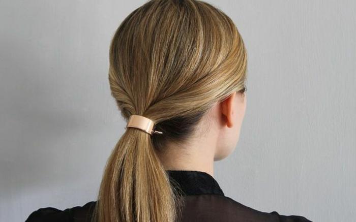 peinados recogidos y super elegantes, coleta baja con secciones de pelo torcidas y broche decorativo