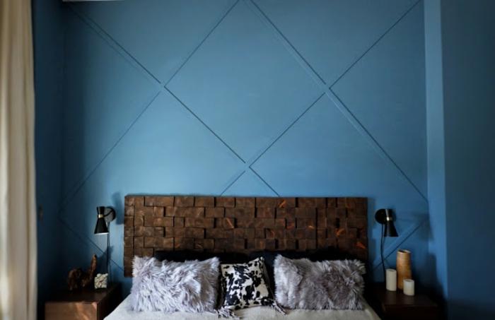 habitación con paredes en color azul, cama con cabecero original, muebles dormitorio de diseño