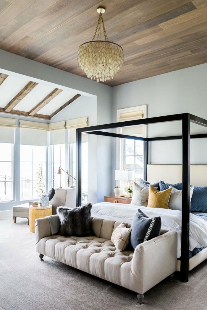 decoración dormitorio abierto al salón, techo de parquet, paredes en azul claro, sofá moderna