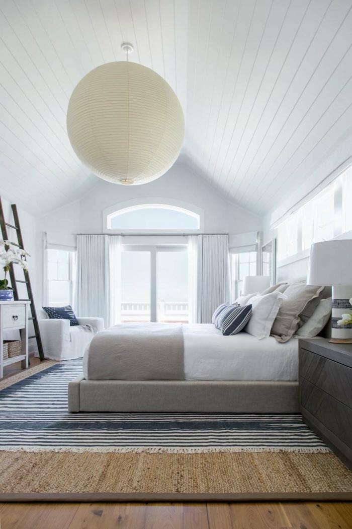 dormitorio decorado en blanco y gris con techo inclinado y paredes blancas, decoración de habitaciones modernas