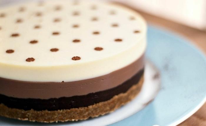 como hacer tarta de chocolate sin horno paso a paso, fotos de tartas de tres tipos de chocolate