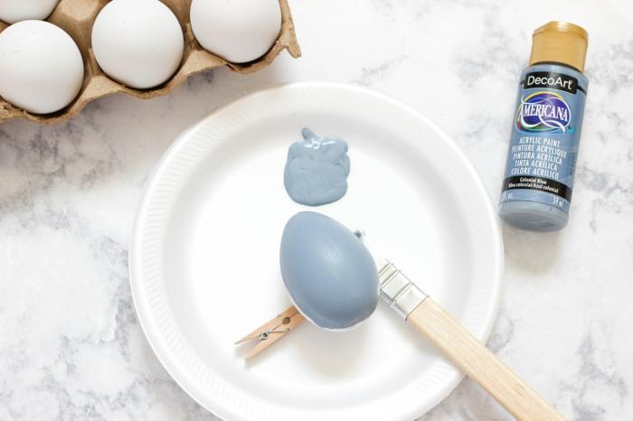 ideas sobre cómo pintar huevos de forma original, huevo pintado con pintura acrílica acabado mate