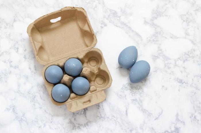 huevos pintados de manera original, pintar huevos en colores bonitos, huevos en color azul apagado