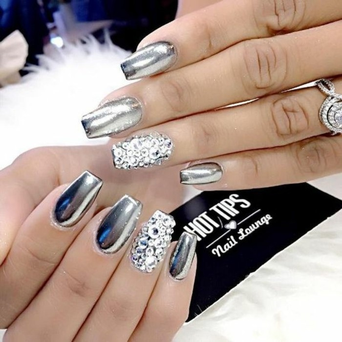 preciosos diseños de uñas, decoracion de uñas 2017, uñas largas pintadas en plateado con cristales
