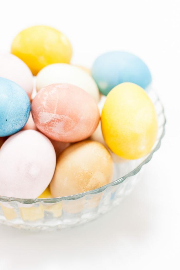 manualidades para pascua originales, huevos pintados en tintes naturales, decoración en colores pasteles