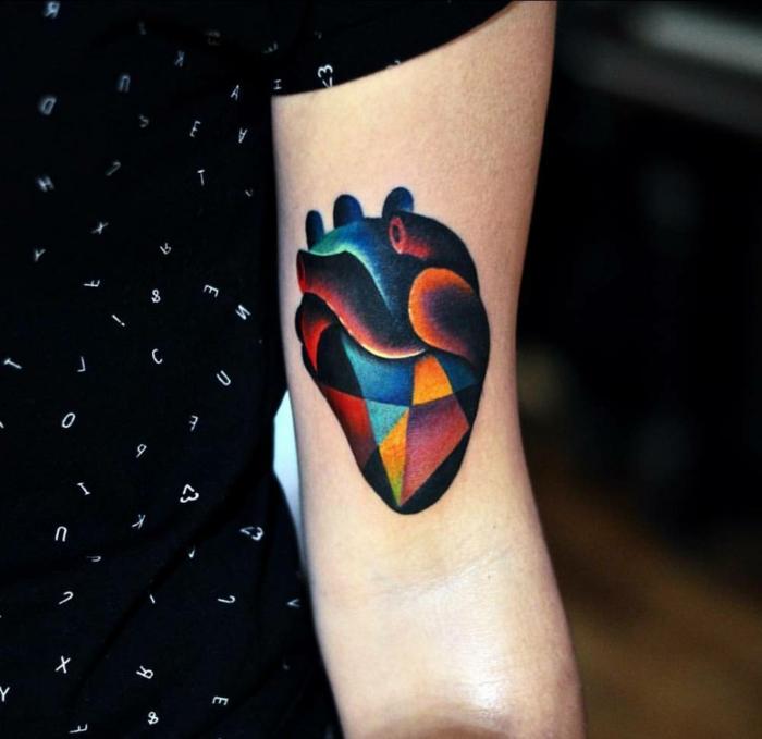 precioso diseño en colores oscuros, corazon tattoo en el brazo, tatuajes originales y bonitos
