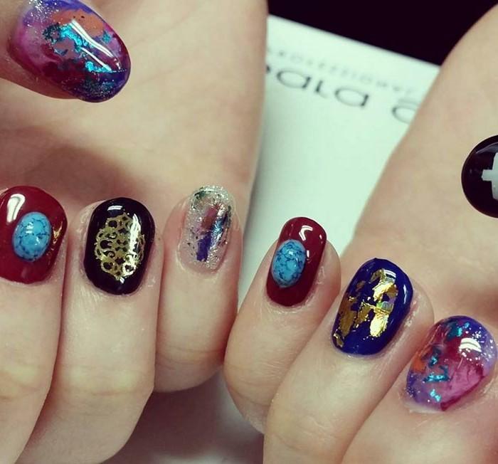 diseños de uñas extravagantes, uñas pintadas en diferentes colores con decoración en tonos metálicos