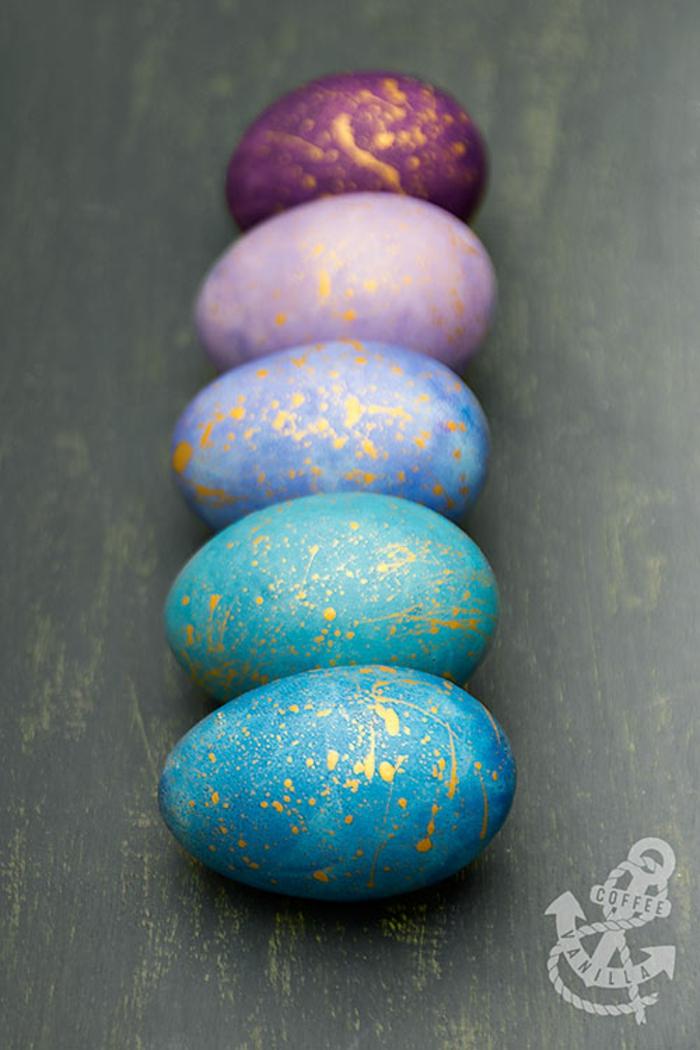 decoración de huevos para Pascua, huevos galácticos en tonos oscuros, manualidades para Pascua en fotos