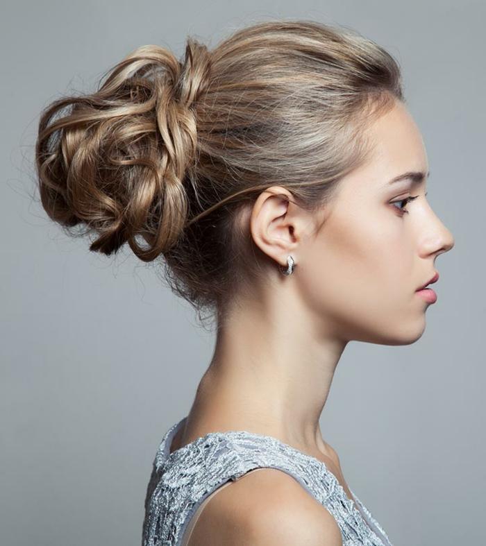 propuestas super elegantes de peinados faciles pelo largo, cabello recogido en moño alto con trenzado