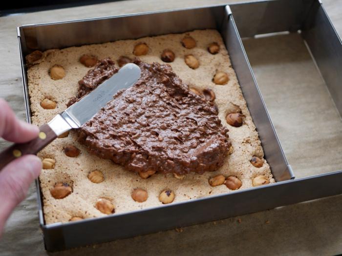 pasos para hacer una tarta tres chocolates al horno, tarta casera con chocolate con leche y almendras