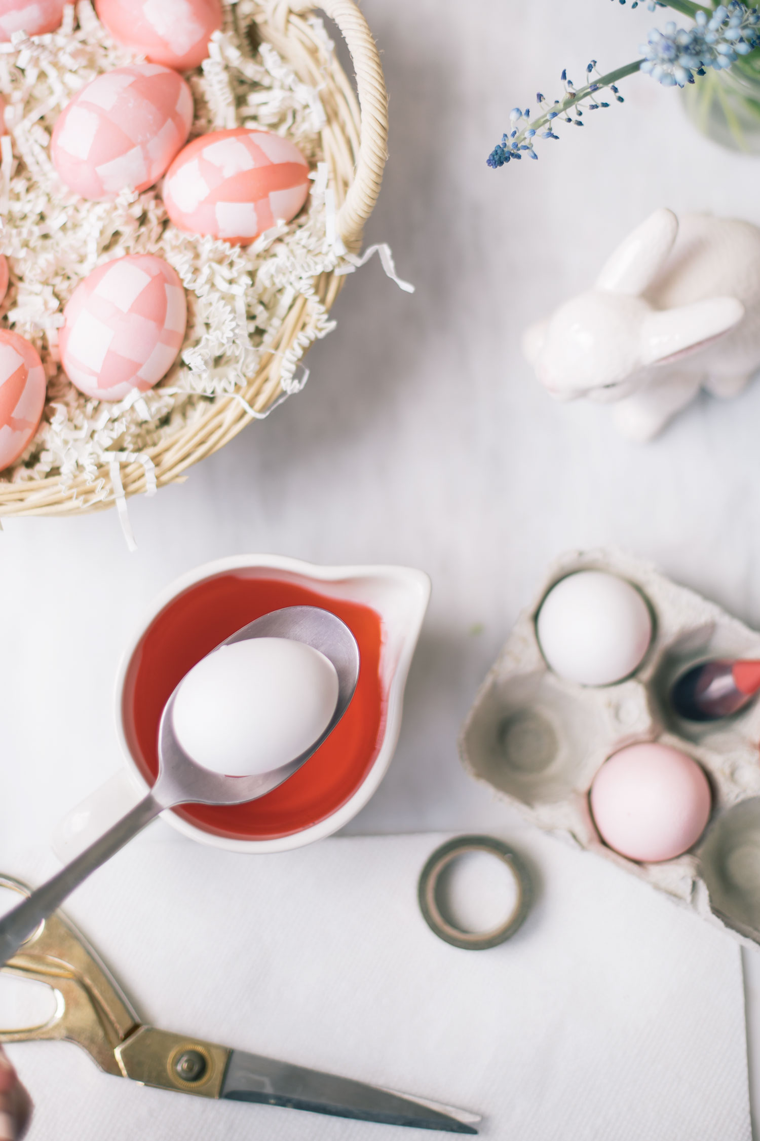 huevos de pascua decorados originales con tutoriales paso a paso, cómo pintar huevos atractivos para Pascua