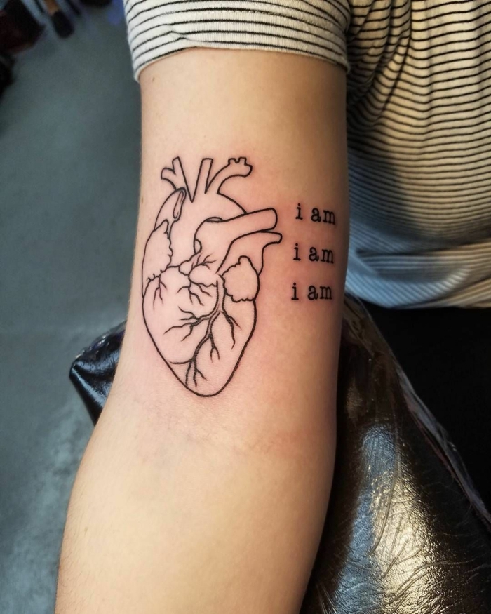 tatuajes originales en estilo realista con corazon anatomico, diseños de tattoos bonitos en el brazo