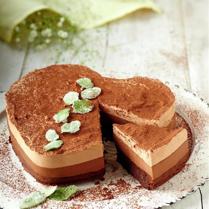 preciosa tarta en forma de corazón de textura mousse espolvoreada con cocoa en polvo,tarta mousse de chocolate