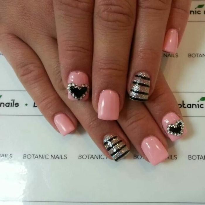 decoracion de uñas 2017, uñas en forma cuadrada pintadas en rosado, negro y plateado