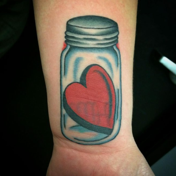 corazón escondido en un frasco de vidrio, tatuajes originales y simbólicos para hombres y mujeres