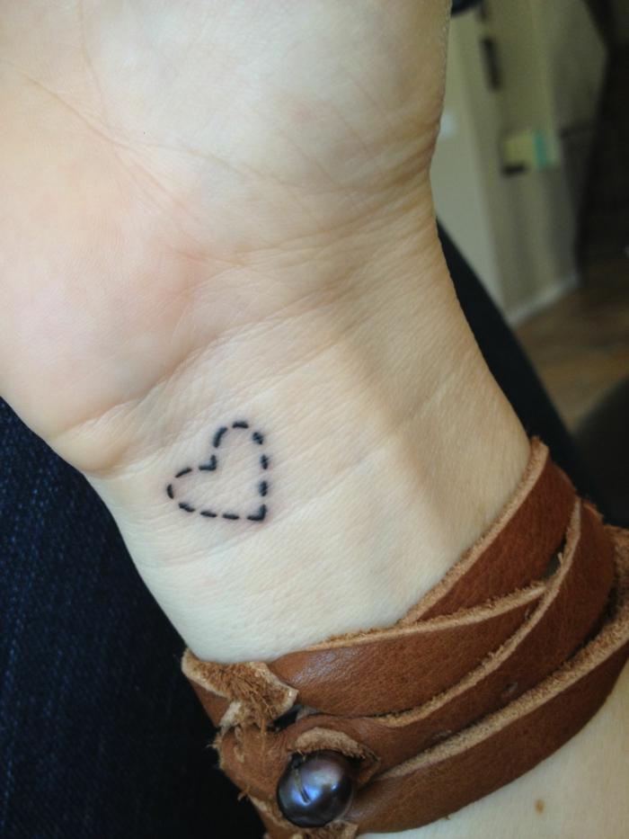 diseños originales de tatuajes minimalistas con corazones, precioso detalle tatuado en la muñeca con líneas