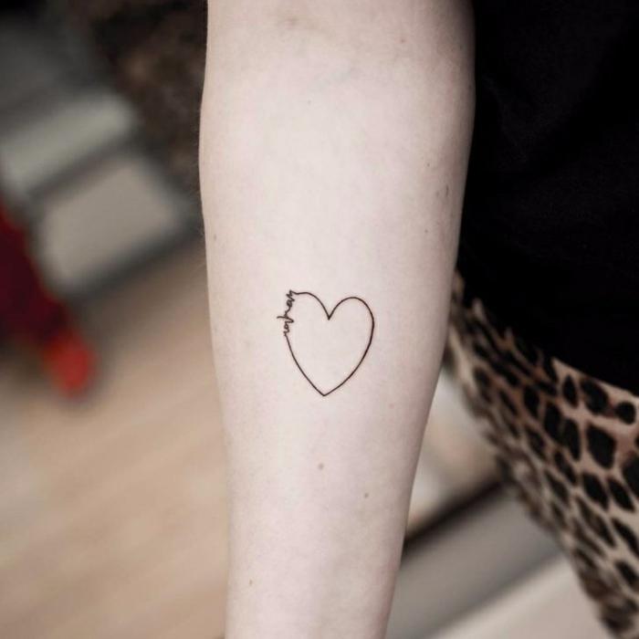 tatuajes pequeños mujer con un fuerte significado, bonito detalle tatuado en el antebrazo, tattoo pequeño corazon