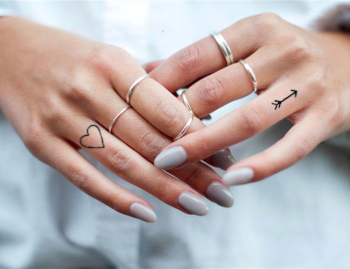 delicados y bonitos diseños tatuaje dedo mujer, tatuajes para dedos , pequeño corazón y flecha tatuados en los dedos anulares
