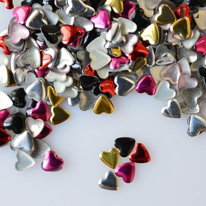 decoracion de uñas con cristales y piedras decorativas, pequeños corazones en colores metalicos
