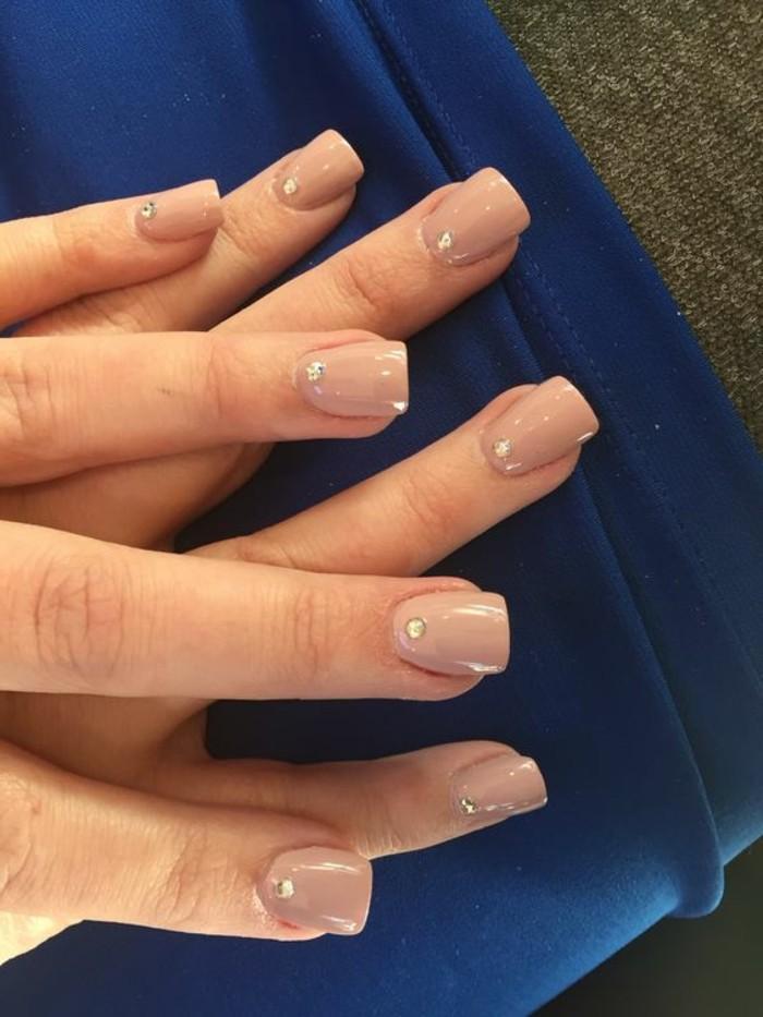 preciosos diseños de uñas pintadas en colores claros, decoracion de uñas con cristales decorativos