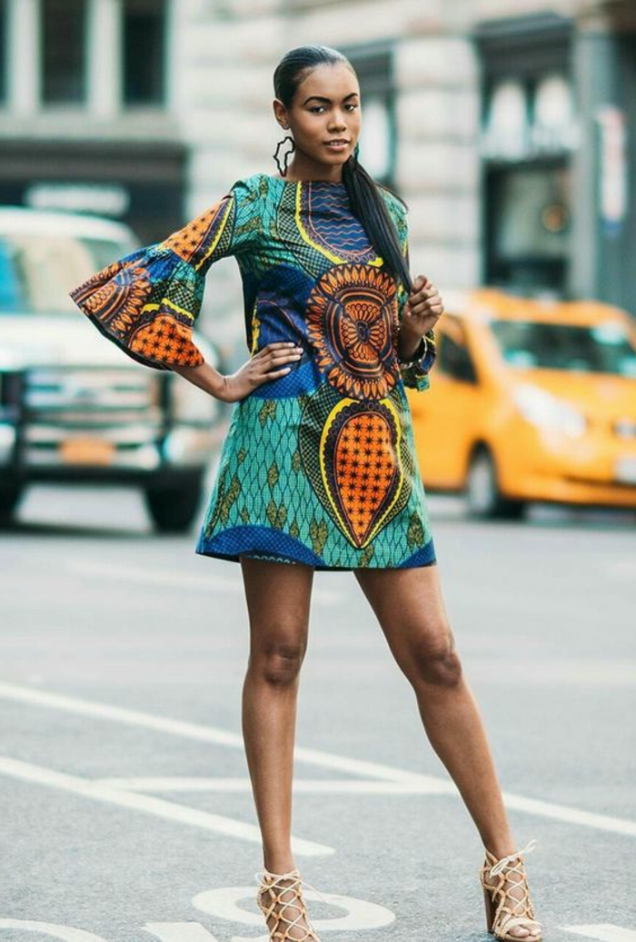 vestido corto en colores bonitos con estampados africanos, ropa ideas del traje tipico africano