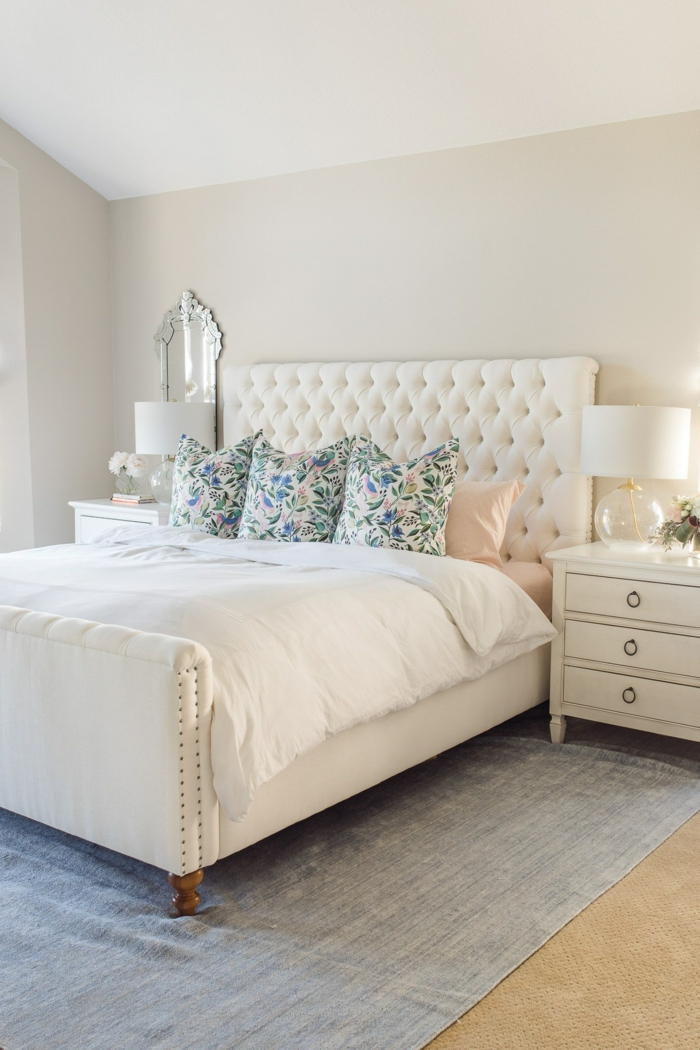 maravillosas ideas de decoración de habitaciones matrimonio, paredes en beige, suelo de moqueta y cama con cabecero vintage