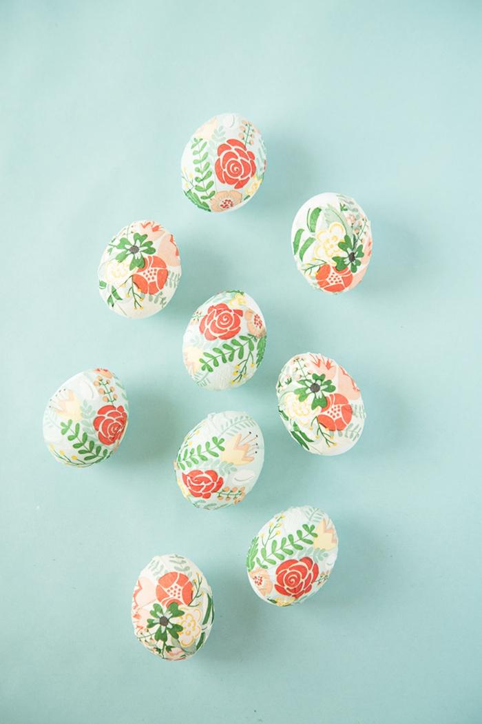 ideas de manualidades pascua, huevos decorados con trozos de servilletas con motivos florales