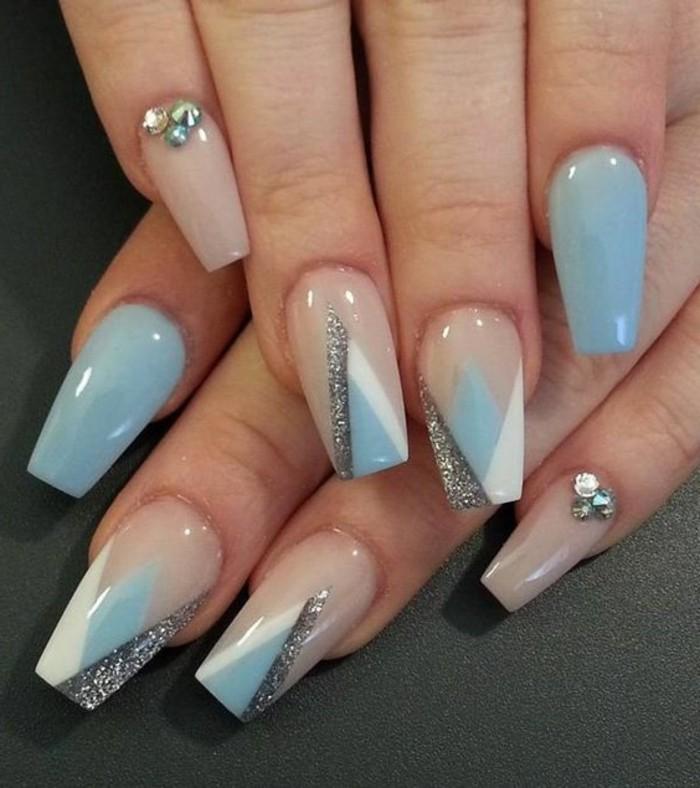 decoración de uñas en blanco, plateado y beige, diseños de uñas decoradas con piedras y cristales