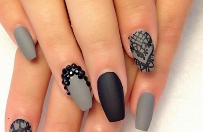 diseños de uñas 2017, bonitos diseños uñas largas de forma stiletto pintadas en gris y negro