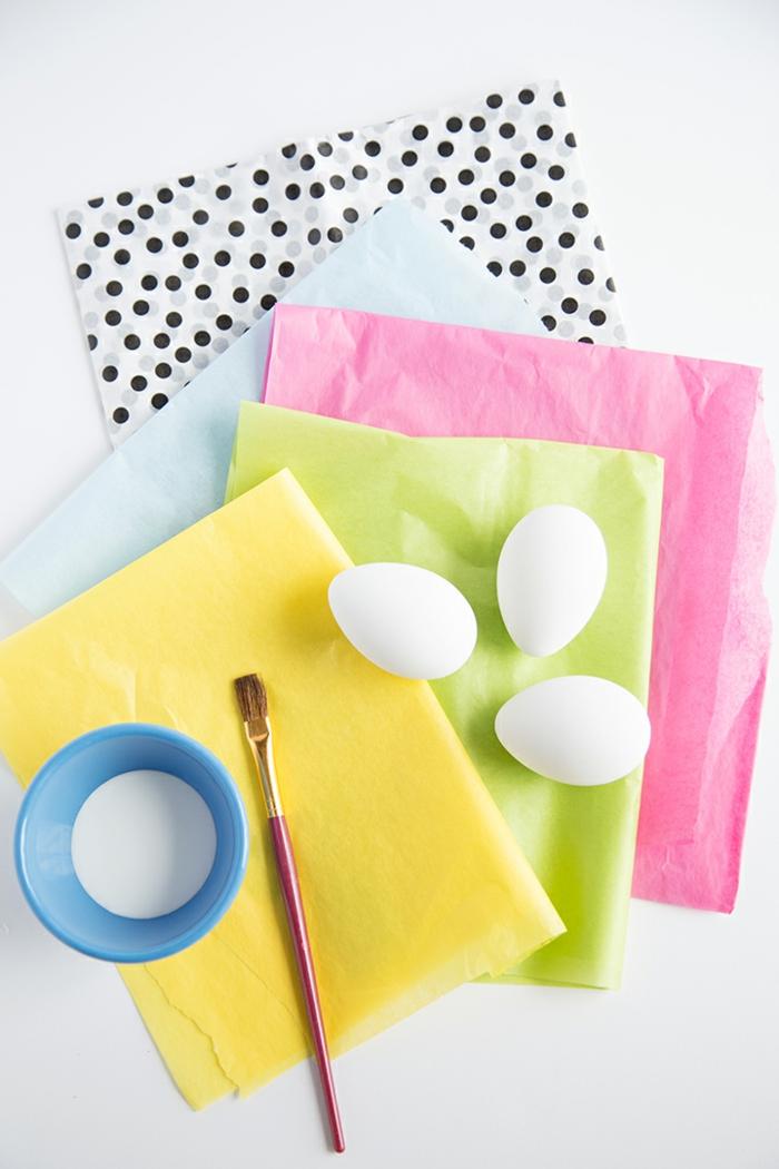 materiales necesarios para decorar huevos de Pascua caseros, hojas de papel coloridas, cepillo Modge Pod