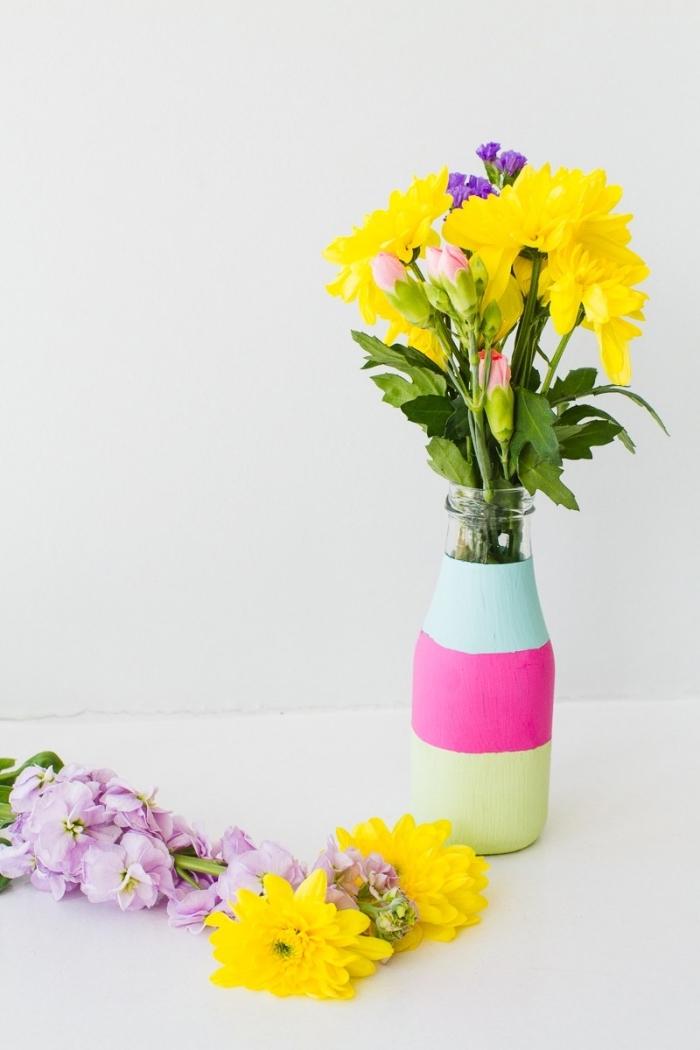 preciosos floreros en colores, como decorar una mesa paso a paso, florero DIY en azul, rosado y amarillo