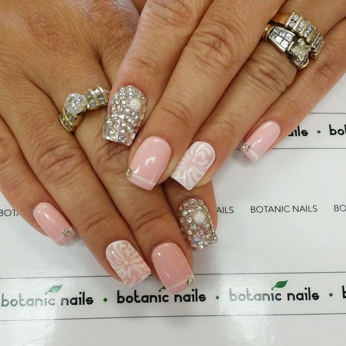 los mejores diseños de uñas en colores pastel, uñas largas de forma cuadrada con piedras brillantes