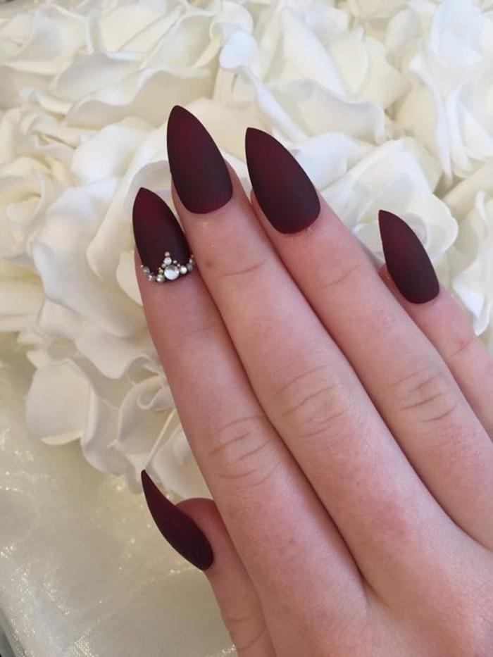 bonitas ideas de diseños de uñas 2017, uñas largas afiladas pintadas en color bordeos con acabado mate