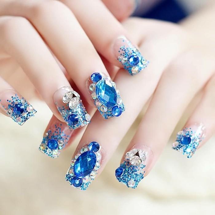cuáles son los mejores diseños de uñas decoradas con piedras, cristales brillantes en color azul