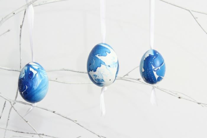 guirnalda casera de huevos pintados, ideas originales de manualidades para Pascua, huevos en blanco y azul